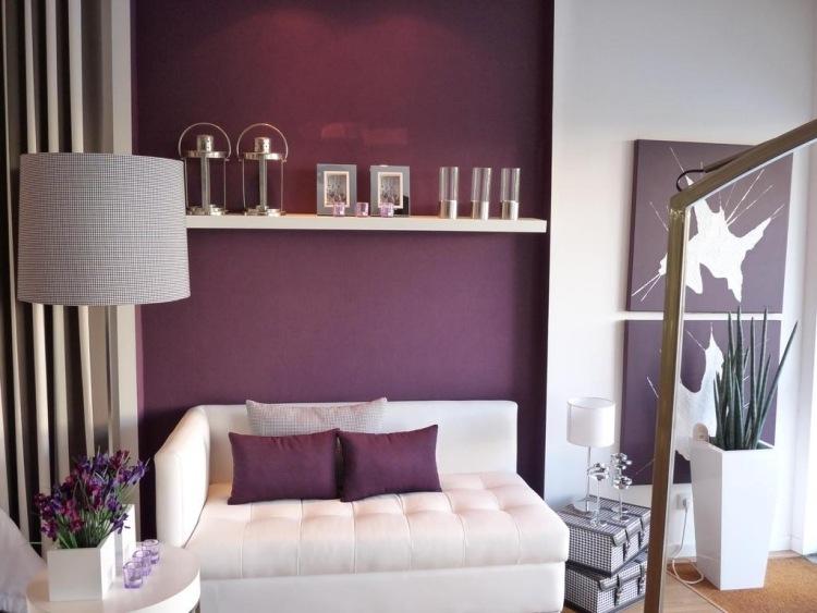 wohnzimmer-wande-streichen-ideen-lila-aubergine-weisse-moebel.jpg